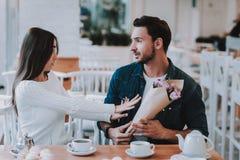 Paar ist haben einen Konflikt im Café lizenzfreie stockbilder