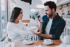 Paar ist haben einen Konflikt im Café stockfotografie