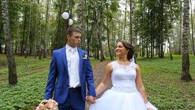 Paar, jonggehuwden van gelukkige jonggehuwden op een gang binnen stock videobeelden