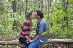 Paar-Küssen lizenzfreie stockbilder