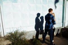 Paar-küssender Schatten der Schatten eines Paares, zwischen einem Mann und einer Frau, Kussumfassung Profil, Schattenbild lizenzfreie stockfotografie