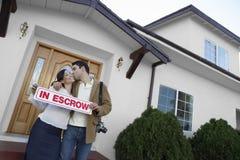 Paar-küssendes äußeres neues Haus stockfotografie