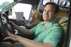 Paar in kampeerautobestelwagen Stock Fotografie