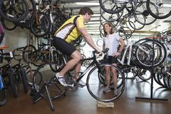 Paar-kaufendes Fahrrad am Shop Stockfoto