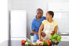 Paar in keuken Stock Afbeelding