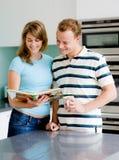 Paar in Keuken stock foto's