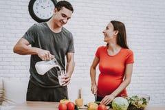 Paar kocht Salat vom Frischgemüse lizenzfreie stockbilder