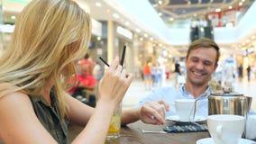 Paar in Koffie De man en de mooie vrouw op een datum lachen slow-motion 4k, close-up De ruimte van het exemplaar stock footage