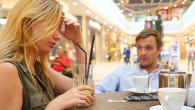Paar in Koffie Mooie man en mooie vrouwenruzie slow-motion 4k, close-up De ruimte van het exemplaar stock videobeelden