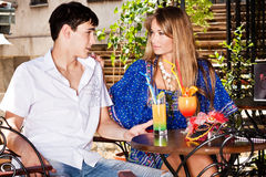 Paar in koffie openlucht Stock Foto