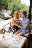 Paar in koffiewinkel het besteden tijd samen stock foto