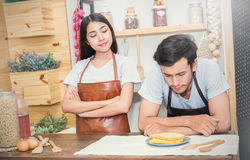 Paar kokend diner in hun keuken Stock Afbeelding