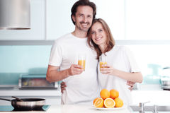 Paar kokend ontbijt Stock Afbeeldingen