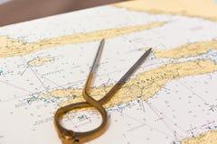 Paar kompassen voor navigatie op een overzeese kaart Stock Foto's