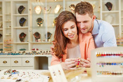 Paar kopen juwelry bij juwelier Stock Foto