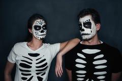 Paar in kostuum van skeletten Royalty-vrije Stock Foto