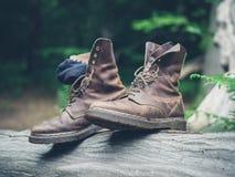 Paar laarzen in het bos Stock Afbeelding