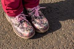 Paar laarzen van de childs geïsoleerd bloemendruk op een grijze achtergrond, Manier voor de lente of de herfst Leerschoenen voor  royalty-vrije stock afbeeldingen