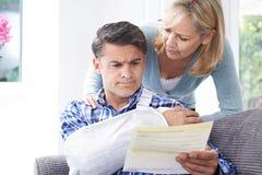 Paar-Lesebuchstabe über die Verletzung des Ehemanns lizenzfreies stockfoto