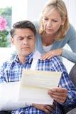 Paar-Lesebuchstabe über die Verletzung des Ehemanns stockfoto