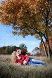 Paar in liefde in de herfst Stock Foto's