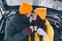 Paar in liefde in de winter openlucht royalty-vrije stock afbeeldingen