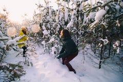 Paar in liefde in de winter openlucht stock foto's