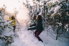 Paar in liefde in de winter openlucht royalty-vrije stock foto's