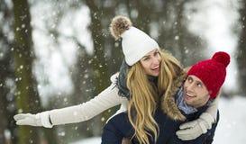 Paar in liefde in de winterlandschap royalty-vrije stock afbeeldingen