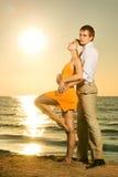 Paar in liefde dichtbij de oceaan Stock Afbeeldingen