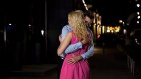 Paar in liefde die affectionately en teder tijdens avondvergadering omhelzen royalty-vrije stock fotografie