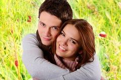 Paar in liefde die en in aard glimlacht koestert Stock Foto