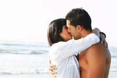Paar in liefde die en elkaar kust omhelst Royalty-vrije Stock Fotografie