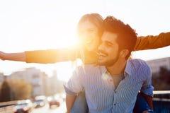 Paar in liefde die pret hebben die op de rug - vrijheidsconcept dragen Royalty-vrije Stock Afbeeldingen