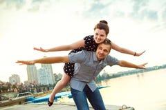 Paar in liefde die romantisch spel spelen Stock Foto