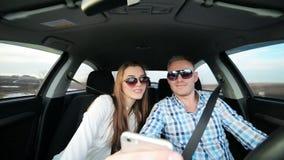 Paar in liefde die selfie in auto nemen terwijl het drijven stock video