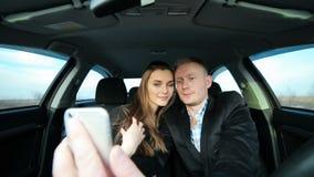 Paar in liefde die selfie in auto nemen terwijl het drijven stock videobeelden