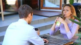 Paar in liefde in een openluchtkoffie Man en mooie vrouw op een datum stock footage