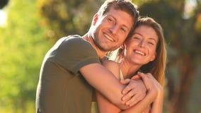 Paar in liefde geknuffel stock videobeelden