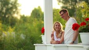 Paar in liefde geknuffel in een park stock footage