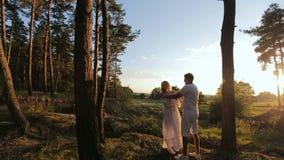 Paar in liefde geknuffel in een park stock videobeelden