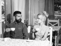 Paar in liefde Gelukkig paar die van koffie genieten stock afbeelding