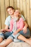 Paar in liefde - geniet van de zomer op strand met muziek Royalty-vrije Stock Fotografie