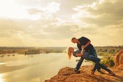 Paar in liefde Hartstochtelijke dans op de rivierbank Stock Afbeeldingen