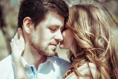 Paar in liefde in het bos Stock Afbeelding