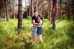 Paar in liefde in het bos Royalty-vrije Stock Afbeelding