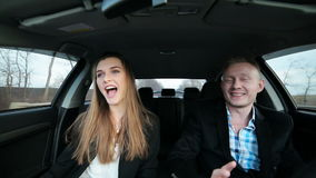 Paar in liefde het dansen het gelukkige drijven in auto stock videobeelden