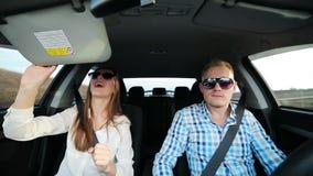 Paar in liefde het dansen het gelukkige drijven in auto stock footage