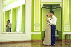 Paar in liefde in het mooie binnenland Stock Foto's