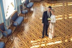 Paar in liefde in het mooie binnenland Royalty-vrije Stock Foto's